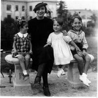 Pannella fanciullo (all'estrema destra) con la sorella Liliana e la madre Andrée Estachon.