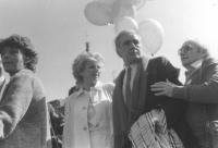marcia di Natale '84. Enzo Tortora, Sandra Milo e Adelaide Aglietta mentre marciano (BN) 2 copie + 736 bis