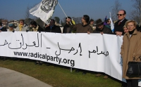 Manifestazione al cimitero inglese, per un Irak libero e democratico. Emma Bonino, a destra, all'estremità di uno striscione in arabo. Altre digitali.