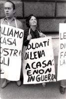 """Due manifestanti con al collo il cartello: """"soldati di leva a casa e non in guerra"""" durante una manifestazione davanti al ministero della Difesa (BN)"""