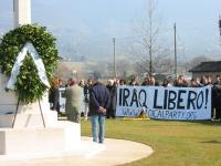 """Manifestazione al cimitero inglese, per un Iraq libero e democratico. E' esposto lo striscione: """"Iraq libero!""""."""