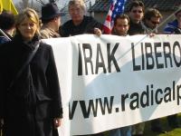 """Manifestazione al cimitero inglese, per un Iraq libero e democratico. Rita Bernardini vicino allo striscione: """"Iraq libero!"""","""