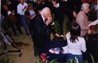 38° Congresso, II sessiione. Marco Pannella si concede un panino, al termine dei lavori. Si riconosce, in fondo: Sergio Rovasio.