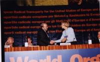 38° Congresso, II sessione. Fatos Nano (primo ministro albanese) stringe la mano ad Emma Bonino. Seduti al tavolo di presidenza, da sinistra: Adem Dem