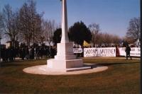 """Manifestazione al cimitero inglese, per un Irak libero e democratico. Striscione: """"Saddam vattene!""""."""
