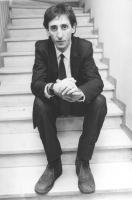 ritratto di Franco Battiato (BN) cantante. Seduto sulle scale