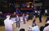 38° Congresso, II sessione. Alcuni congressisti ballano al suo di una canzone di un musicista dell'East Turkestan.