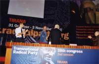 38° Congresso del PR, II sessione. Edi Rama, sindaco di Tirana (al centro), saluta Marco Pannella (di spalle). Lo applaudono: Marco Perduca (a sinistr