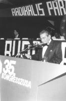 ritratto di Bruno Zevi che parla dalla tribuna del 35° congresso del PR. (BN)