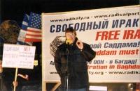 Nikolaj Khramov tiene in comizio in occasione della manifestazione per un Iraq libero e democratico. Altre digitali.