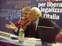 Marco Pannella, al Comitato dei Radicali Italiani. A sinistra: Danillo Quinto.