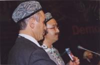 38° Congresso, II sessione. Enver Can, leader degli uighuri, accanto a un cantante uighuro.
