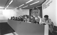 palco del 3° congresso italiano del PR.  Si riconoscono fra gli altri: Giacomo Marramao, Marco Pannella, Antonio Baslini, Gianfranco Spadaccia, Giovan