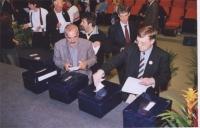 38° Congresso, II sessione. Votazioni.  In primo piano, a destra: Nikolaj Khramov. In seconda fila, da sinistra: Marco Cappato, Sergio D'Elia, Lapo Or