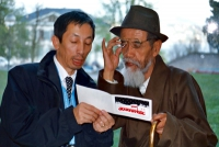 Tanak Jigme Sangpo (secondo da sinistra), il prigioniero politico tibetano che ha subito il più lungo periodo di detenzione, rilasciato nel marzo 2002