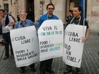 """Manifestazione per la libertà a Cuba, in occasione della maratona oratoria promossa dal quotidiano """"L'Opinione"""". Tre militanti radicali (al centro Ale"""
