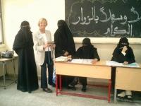 Emma Bonino, all'interno di un seggio elettorale yemenita, affiancata da donne vestite con il burqa.