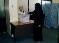Emma Bonino di fronte a un'urna elettorale, in occasione delle elezioni nello Yemen.