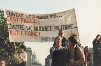 """Manifestazione antimilitarista, contro l'installazione dei missili Pershing e Cruise.  Striscione: """"Contre le missiles...c'est facile! Contre le budge"""