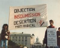 """Manifestazione antimilitarista, contro l'installazione dei missili Pershing e Cruise. Striscione: """"Objection, insoumission, desertion - Parti radical"""""""