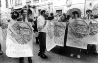 """""""manifestazione di solidarietà con la Romania. Manifestanti, tra cui Marco Taradash, tengono cartelli con il logo PR e scritta: """"""""demokracii pro rumun"""