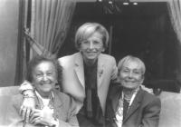 Emma Bonino fra sua madre e sua sorella Domenica.