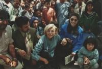 Emma Bonino, circondata dalla folla.