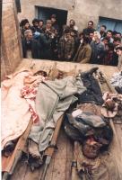 Scena di guerra. Un gruppo di uomini al cospetto di alcuni cadaveri.