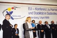 Conferenza sulla situazione corrente nei Balcani. Al microfono, Emma Bonino. A sinistra, in piedi: Joschka Fischer.