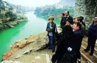 Emma Bonino, commissario UE, a due giorni dall'insediamento, visita Mostar dopo il bombardamento che ha distrutto il bellissimo ponte di Neretva.