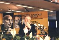Enzo Tortora, alla tribuna del 32° Congresso, II sessione, applaude il pubblico dei congressisti.
