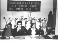 """""""Conferenza stampa sui profughi ebrei sovietici. Sullo sfondo banner: """"""""comitato per la difesa dei diritti umani nei paesi dell'Est"""""""" alla presidenza"""