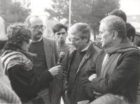 Emilio Vesce, intervistato al microfono. A destra: Enzo Tortora.