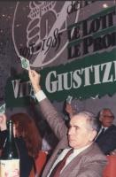 31° Congresso del PR. Enzo Tortora solleva il cartellino per votare. A destra, in fondo, Marco Pannella.