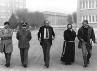 Enzo Tortora, Emilio Vesce, accompagnati da una guardia e da un prete, visitano un carcere.