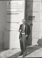 Enzo Tortora, in piedi di fronte al portone della casa circondariale di custodia preventiva, di Lucera.