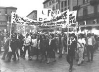 Manifestazione pro-studenti cinesi. Corteo di italiani e cinesi con striscioni. (BN)