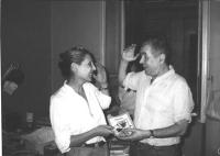 Enzo Tortora riceve lo statuto del PR e la tessera di iscrizione al Partito, dalle mani di Michela Buonfrate.