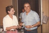 Enzo Tortora riceve la tessera del 1984 da Michela Buonfrate.