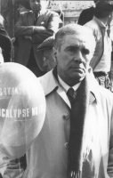 Enzo Tortora partecipa a una manifestazione antimilitarista.