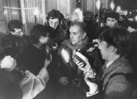 Enzo Tortora intervistato nel corso di una fiaccolata radicale. Dietro di lui: Marco Pannella. Alle spalle di Tortora, a sinistra, il giornalista di R