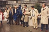 Manifestazione in occasione dell'arresto di Olivier Dupuis per diserzione. Nella foto: Marco Pannella, Olivier Dupuis, Giovanni Negri, Enzo Tortora.