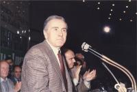 31° Congresso del PR. Enzo Tortora alla tribuna. A destra: Gianfranco Spadaccia, nell'atto di applaudirlo.
