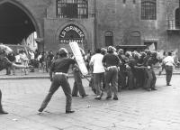 lancio di patate da parte di un gruppo di autonomi contro la polizia che difende un comizio del MSI  (BN)