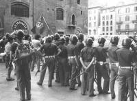 """""""La polizia """"""""protegge"""""""" il comizio MSI e fa il """"""""tifo"""""""" per il PCI. (BN)"""""""