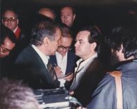 Enzo Tortora.circondato da giornalisti (?).