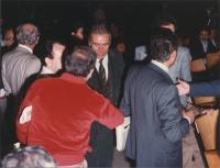 Enzo Tortora circondato da giornalisti (?)