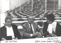 Enzo Tortora, nell'aula del tribunale, fra due avvocati.