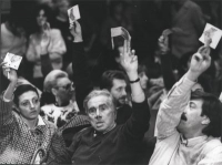 34° Congresso del PR. Enzo Tortora, seduto accanto a Francesca Scopelliti (prima a sinistra), alza il cartellino per votare.