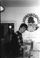 Olivier Dupuis (presso un manifesto della Lista Antiproibizionisti sulla Droga).  (La datazione della fotografia è presuntiva).